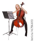 Купить «Красивая светловолосая девушка играет на виолончели и смотрит в ноты», фото № 4756613, снято 15 декабря 2012 г. (c) Андрей Попов / Фотобанк Лори
