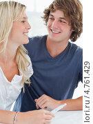 Молодые люди улыбаются, узнав результат теста на беременность. Стоковое фото, агентство Wavebreak Media / Фотобанк Лори