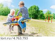 Купить «Мальчик и девочка качаются на детских качелях», фото № 4763793, снято 15 июня 2013 г. (c) Игорь Соколов / Фотобанк Лори