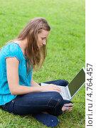 Купить «Девушка скрестила ноги, сидя на траве и работая на ноутбуке», фото № 4764457, снято 14 ноября 2011 г. (c) Wavebreak Media / Фотобанк Лори