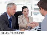 Купить «Женщина-менеджер пожимает руку клиенту. Старший менеджер улыбается», фото № 4768089, снято 10 ноября 2011 г. (c) Wavebreak Media / Фотобанк Лори