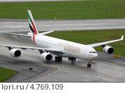 Emirates Airbus A340-500 рулит к терминалу. Редакционное фото, фотограф Олег Пластинин / Фотобанк Лори