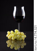 Купить «Натюрморт с бокалом вина и виноградом на черном фоне», фото № 4774321, снято 23 декабря 2012 г. (c) Андрей Попов / Фотобанк Лори