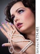 Купить «Прекрасная шатенка держит длинное жемчужное ожерелье», фото № 4774481, снято 4 января 2013 г. (c) Андрей Попов / Фотобанк Лори