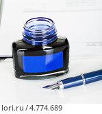 Купить «Бутылка чернил или туши и перьевая ручка», фото № 4774689, снято 12 января 2013 г. (c) Андрей Попов / Фотобанк Лори