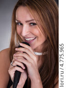 Купить «Красивая светловолосая женщина с микрофоном», фото № 4775965, снято 27 февраля 2013 г. (c) Андрей Попов / Фотобанк Лори
