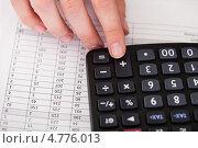 Купить «Рука работает на калькуляторе», фото № 4776013, снято 27 февраля 2013 г. (c) Андрей Попов / Фотобанк Лори