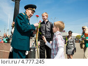 Купить «Мальчик дарит цветы ветерану. 9 мая 2013 года», эксклюзивное фото № 4777245, снято 9 мая 2013 г. (c) Михаил Ворожцов / Фотобанк Лори