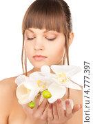 Купить «Красивая девушка с челкой держит белые цветы орхидеи в руках», фото № 4777397, снято 13 марта 2010 г. (c) Syda Productions / Фотобанк Лори