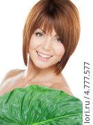 Купить «Молодая брюнетка с каре прикрывается широким зеленым листом», фото № 4777577, снято 26 декабря 2009 г. (c) Syda Productions / Фотобанк Лори