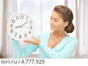 Купить «Красивая молодая женщина с круглыми белыми часами», фото № 4777929, снято 28 августа 2011 г. (c) Syda Productions / Фотобанк Лори