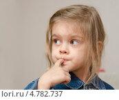 Купить «Четырехлетняя девочка с пальцем во рту смотрит влево», фото № 4782737, снято 14 апреля 2013 г. (c) Иванов Алексей / Фотобанк Лори