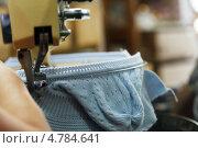 Купить «Машинное вязание голубой детской шапки», фото № 4784641, снято 17 июня 2013 г. (c) Гурьянов Андрей / Фотобанк Лори
