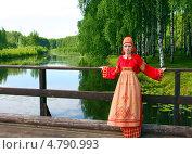 Купить «Девушка в русском народном костюме у реки», фото № 4790993, снято 23 июня 2013 г. (c) ElenArt / Фотобанк Лори