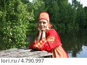 Купить «Девушка в русском народном костюме у реки», фото № 4790997, снято 23 июня 2013 г. (c) ElenArt / Фотобанк Лори