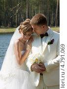 Купить «Жених и невеста на свежем воздухе», фото № 4791069, снято 10 мая 2013 г. (c) ElenArt / Фотобанк Лори