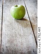 Купить «Яблоко на деревянном фоне», фото № 4792441, снято 17 июня 2019 г. (c) Майя Крученкова / Фотобанк Лори