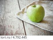 Купить «Яблоко на мешковине на деревянном фоне», фото № 4792445, снято 17 июня 2019 г. (c) Майя Крученкова / Фотобанк Лори