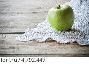 Купить «Яблоко на ажурной белой салфетке», фото № 4792449, снято 17 июня 2019 г. (c) Майя Крученкова / Фотобанк Лори