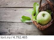 Купить «Зелёное яблоко в корзинке на деревянном фоне», фото № 4792465, снято 17 июня 2019 г. (c) Майя Крученкова / Фотобанк Лори