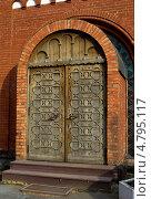 Купить «Боковая дверь Красного Костела в Минске», фото № 4795117, снято 5 июня 2013 г. (c) Инна Грязнова / Фотобанк Лори