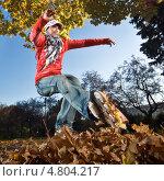 Купить «Спортсмен на роликах в жёлтых листьях», фото № 4804217, снято 9 октября 2010 г. (c) Станислав Фридкин / Фотобанк Лори