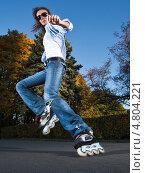 Купить «Девушка катается на роликах в парке», фото № 4804221, снято 9 октября 2010 г. (c) Станислав Фридкин / Фотобанк Лори