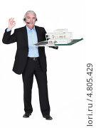 Купить «Пожилой архитектор с гарнитурой и макетом жилого комплекса», фото № 4805429, снято 13 апреля 2011 г. (c) Phovoir Images / Фотобанк Лори