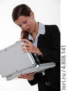Купить «Бизнес-леди смотрит в кейс», фото № 4808141, снято 22 апреля 2011 г. (c) Phovoir Images / Фотобанк Лори