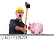 Купить «Кричащий строитель разбивает копилку», фото № 4808309, снято 25 мая 2011 г. (c) Phovoir Images / Фотобанк Лори