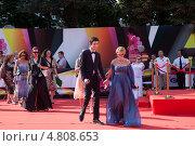 Купить «Эвелина Хромченко с сыном на церемонии закрытия 35-го Московского международного кинофестиваля», фото № 4808653, снято 29 июня 2013 г. (c) Nadya Pyastolova / Фотобанк Лори
