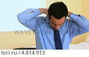 Купить «Businessman tying his tie», видеоролик № 4814913, снято 24 января 2018 г. (c) Wavebreak Media / Фотобанк Лори