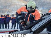 Спасатель разрезает автомобиль (удаление крыши) для извлечения пострадавших в ДТП (2012 год). Редакционное фото, фотограф А. А. Пирагис / Фотобанк Лори