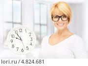 Купить «Молодая женщина с белыми настенными часами», фото № 4824681, снято 26 сентября 2010 г. (c) Syda Productions / Фотобанк Лори