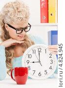 Купить «Молодая женщина с белыми настенными часами», фото № 4824945, снято 20 февраля 2010 г. (c) Syda Productions / Фотобанк Лори