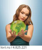 Купить «Молодая женщина держит земной шар в руках», фото № 4825221, снято 8 декабря 2012 г. (c) Syda Productions / Фотобанк Лори