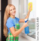 Девушка моет окно. Стоковое фото, фотограф Гладских Татьяна / Фотобанк Лори