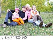 Купить «Семья в осеннем парке», фото № 4825865, снято 19 сентября 2009 г. (c) Гладских Татьяна / Фотобанк Лори