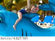 Счастливая девочка в аквапарке. Стоковое фото, фотограф Емельянова Карина / Фотобанк Лори