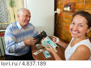 Счастливые пенсионеры считают деньги. Стоковое фото, фотограф Дарья Филимонова / Фотобанк Лори