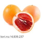 Купить «Жёлто-розовый грейпфрут, изолированно на белом фоне», фото № 4839237, снято 27 июня 2013 г. (c) Литвяк Игорь / Фотобанк Лори
