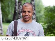 Самсон Шоладеми - блогер, самовыдвиженец, кандидат в мэры Москвы 2013. Портрет в парке на фоне берёзок. Редакционное фото, фотограф Елена Морозова / Фотобанк Лори