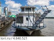 Пассажирский теплоход причаливает к пристани (2013 год). Редакционное фото, фотограф Олег Ручьев / Фотобанк Лори