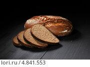 Нарезанный черный хлеб на деревянном столе. Стоковое фото, фотограф Иван Михайлов / Фотобанк Лори