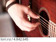 Купить «Правая рука гитариста на металлических струнах акустической гитары крупным планом», фото № 4842645, снято 12 июля 2013 г. (c) Эдуард Паравян / Фотобанк Лори