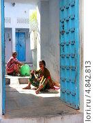 Купить «Две индийские женщины сидят во дворе», фото № 4842813, снято 24 ноября 2012 г. (c) Михаил Коханчиков / Фотобанк Лори