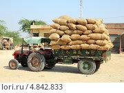 Трактор с мешками на улице. Индия (2012 год). Редакционное фото, фотограф Михаил Коханчиков / Фотобанк Лори