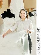 Купить «Консультант в свадебном салоне», фото № 4844341, снято 19 декабря 2012 г. (c) Яков Филимонов / Фотобанк Лори