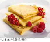 Купить «Блины с ягодами и медом», фото № 4844981, снято 28 июня 2011 г. (c) Никончук Алексей / Фотобанк Лори