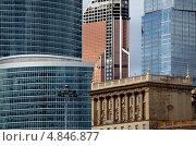 Современная архитектура высотных домов среди старых построек (2012 год). Редакционное фото, фотограф Виталий Николаев / Фотобанк Лори